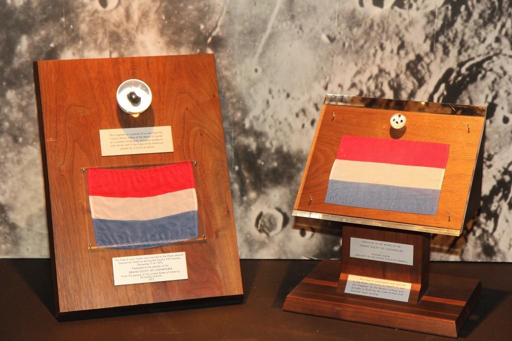 lénks: Moundgestengs Apollo 17 riets : Moundgestengs Apollo XI